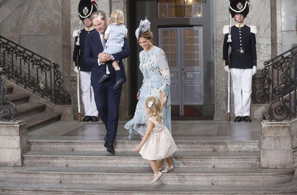Prinzessin Madeleine von Schweden mit Ehemann Chris O'Neill und ihren beiden älteren Kindern Nicolas (2, auf Papas Arm) und Leonore (4) Foto: Getty