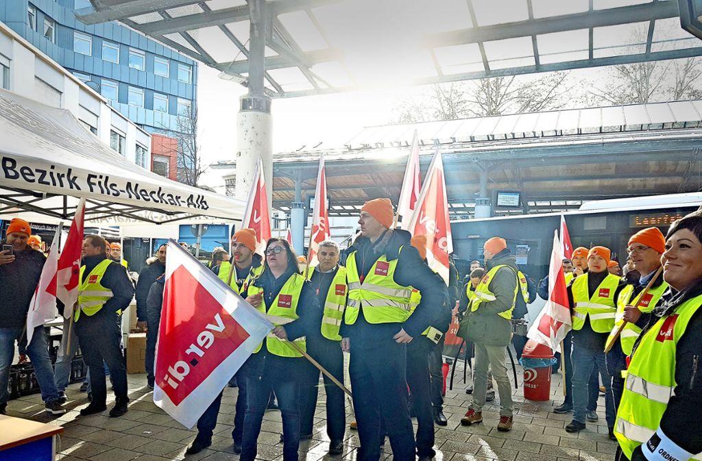 Busfahrer im Kreis Göppingen haben am Donnerstag von 8 Uhr bis 13.30 Uhr ihre  Arbeit niedergelegt. Sie streikten für höhere Löhne. Foto: StZ