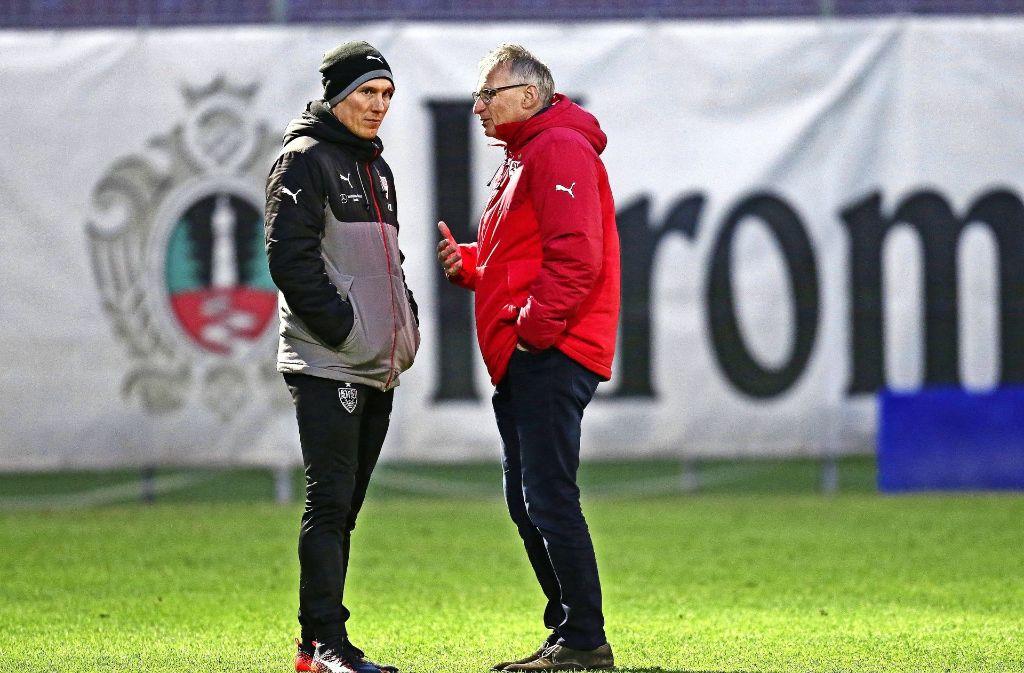VfB-Trainer Hannes Wolf (li.), Manager Michael Reschke: Träumen sollen andere. Foto: Baumann