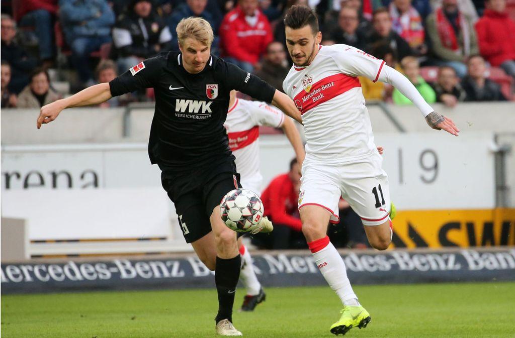 Im Hinspiel besiegten Anastasios Donis (re.) und der VfB die Augsburger um Jeffrey Gouweleeuw mit 1:0. Foto: Baumann