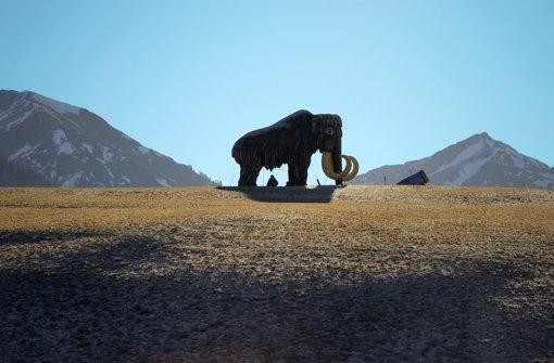 Diese Skulptur eines Mammuts im österreichischen Bogen zeigt die Größenverhältnisse von Jäger und Beute. Foto: dpa