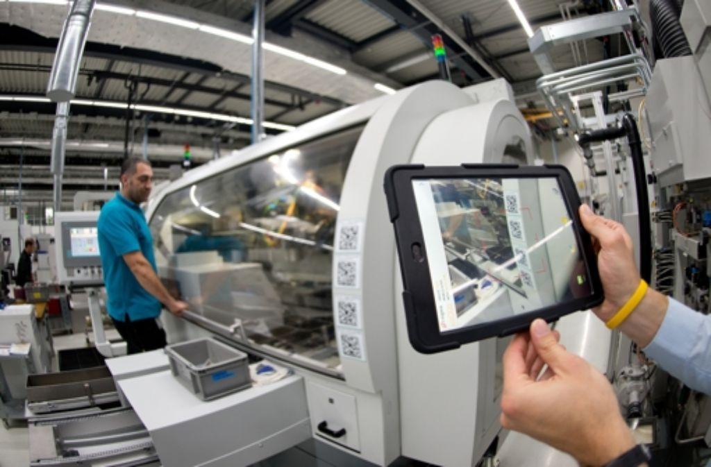 Bei Industrie 4.0 sind  Maschinen sowie Produktionsanlagen untereinander vernetzt und befinden sich in einem ständigen Informationsaustausch. Foto: dpa
