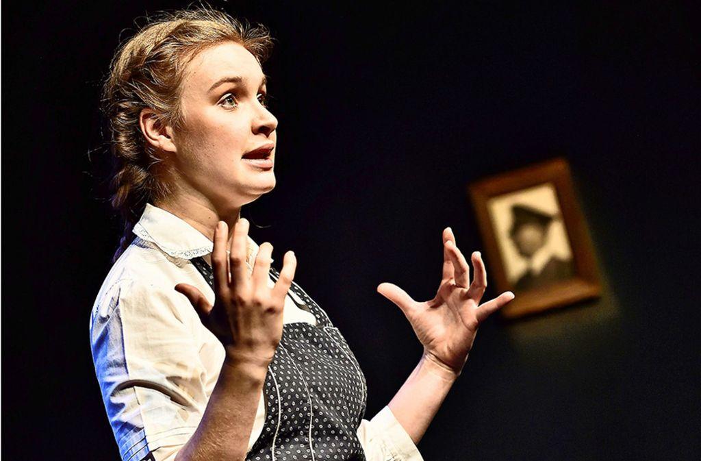 """Nathalie Imboden spielt das BDM-Mädchen Anna, das in aller Gutmütigkeit an den """"Führer"""" appelliert. Foto: Pfeiffer"""