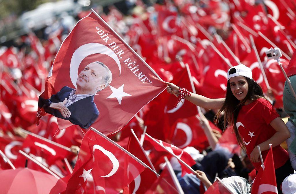 Erdogan-Anhänger feiern ihren Präsidenten bei einer Demonstration: Seit dem gescheiterten Putsch gilt der Ausnahmezustand in dem Land, dieser soll mindestens bis ins Frühjahr hinein verlängert werden. Foto: dpa