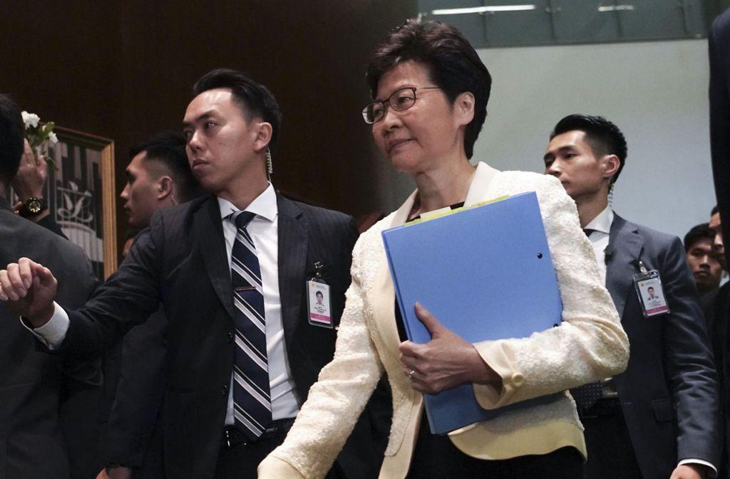 Carrie Lam, Regierungschefin der chinesischen Sonderverwaltungszone Hongkong, gibt in einer Forderung der Protestierenden nach. Foto: dpa/Vincent Yu