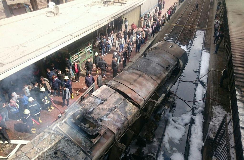 Der Schnellzug berunglückt im Bahnhof von Kairo. Foto: dpa