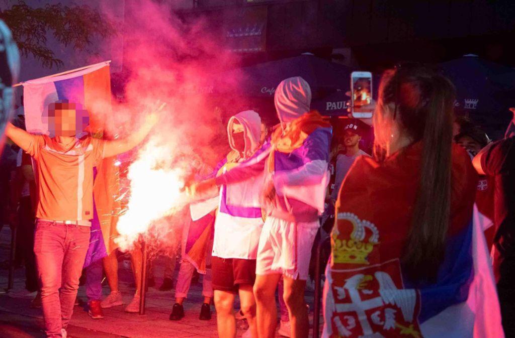 Die beiden Angeklagten (Bildmitte)    brennen im Juni 2018 nach dem WM-Spiel Serbien gegen Brasilien Pyrotechnik ab. Foto: 7.aktuell.de