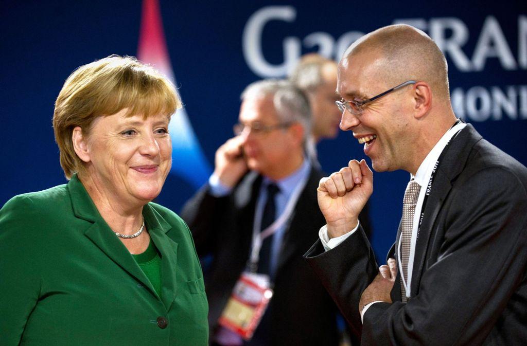 Als Finanzstaatssekretär  war Jörg Asmussen ein  gefragter Berater auch von Kanzlerin Angela Merkel. Das Bild entstand 2011 beim G20-Treffen in Cannes. Foto: dpa