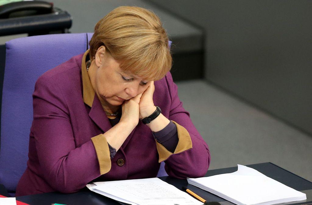 """""""Denk ich an GroKo in der Nacht, dann bin ich um den Schlaf gebracht"""": Auch eine Powerfrau wie Angela Merkel muss mal schlafen – und sei es auf der Regierungsbank im Bundestag. Foto: dpa"""