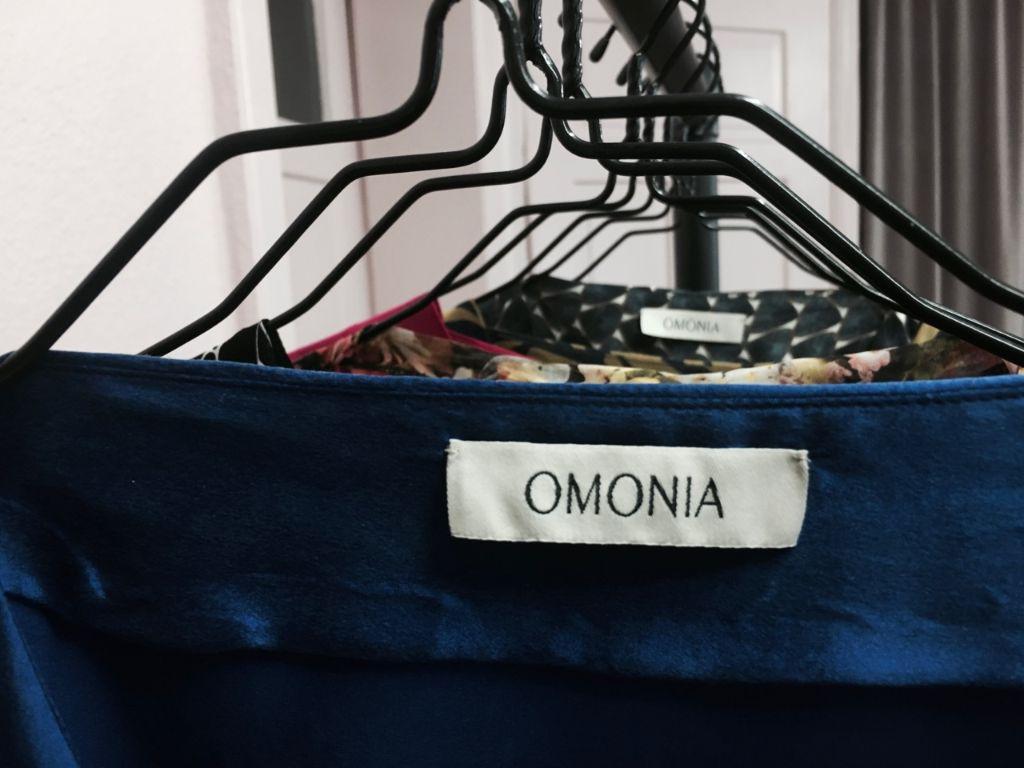 Im Showroom im Heusteigviertel können die Kleider aus Seide oder Viskose angeschaut und Stoffe ausgewählt werden. Foto: Tanja Simoncev