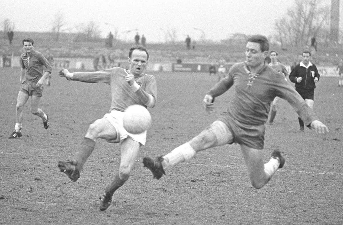 Manfred Wuttich (re., hier im Einsatz für den VfL Wolfsburg) absolvierte zwischen 1963 und 1965 in der Bundesliga für Eintracht Braunschweig 24 Spiele und erzielte dabei zwölf Tore. In der Debütsaison 63/64 gelang ihm  dabei wie Max Morlock in den ersten vier Spielen je ein Treffer. Foto: Imago