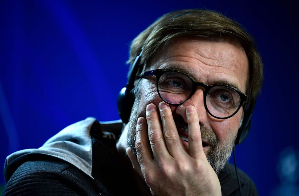Jürgen Klopp überraschte einen kleinen Fan von Manchester United. Foto: AFP/JAVIER SORIANO