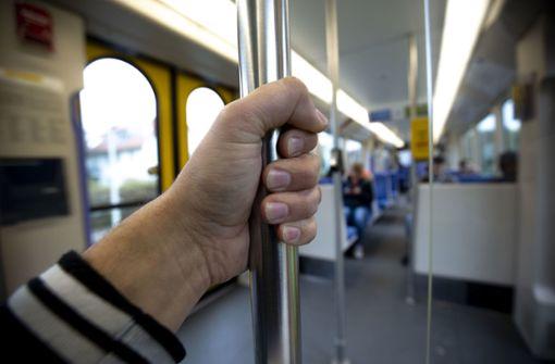 Unbekannter beleidigt in Straßenbahn Fahrgäste – darunter Zwölfjährige