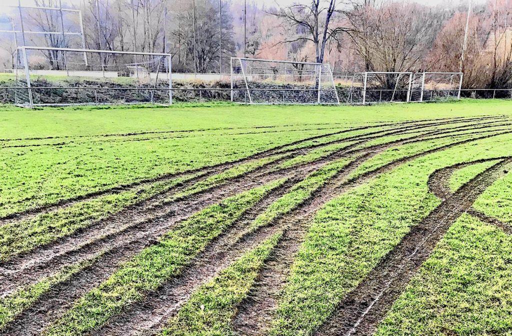 Unbekannte haben den Sportrasen des TSV Unterriexingen malträtiert. Foto: privat