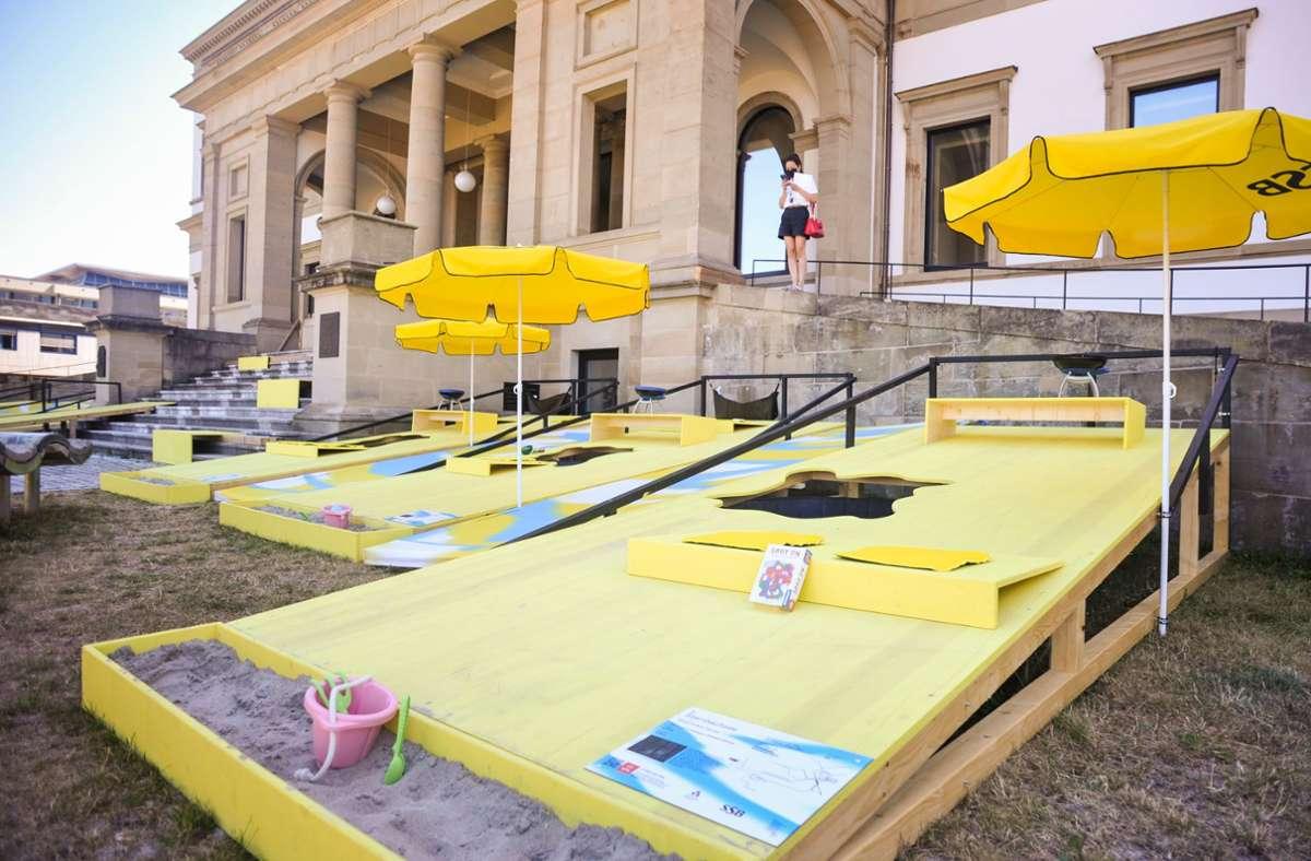 """Das Sommerfestival """"Stuttgart am Meer"""" begrüßt seine Besucher in diesem Jahr mit einer Corona-konformen Dünenlandschaft. Foto: Lichtgut/Max Kovalenko"""