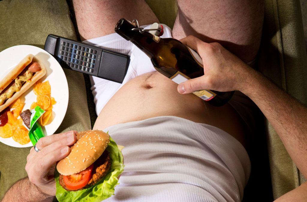 Bier und Burger – da lässt die dicke Plauze nicht lange auf sich warten (Symbolbild). Foto: Westend61