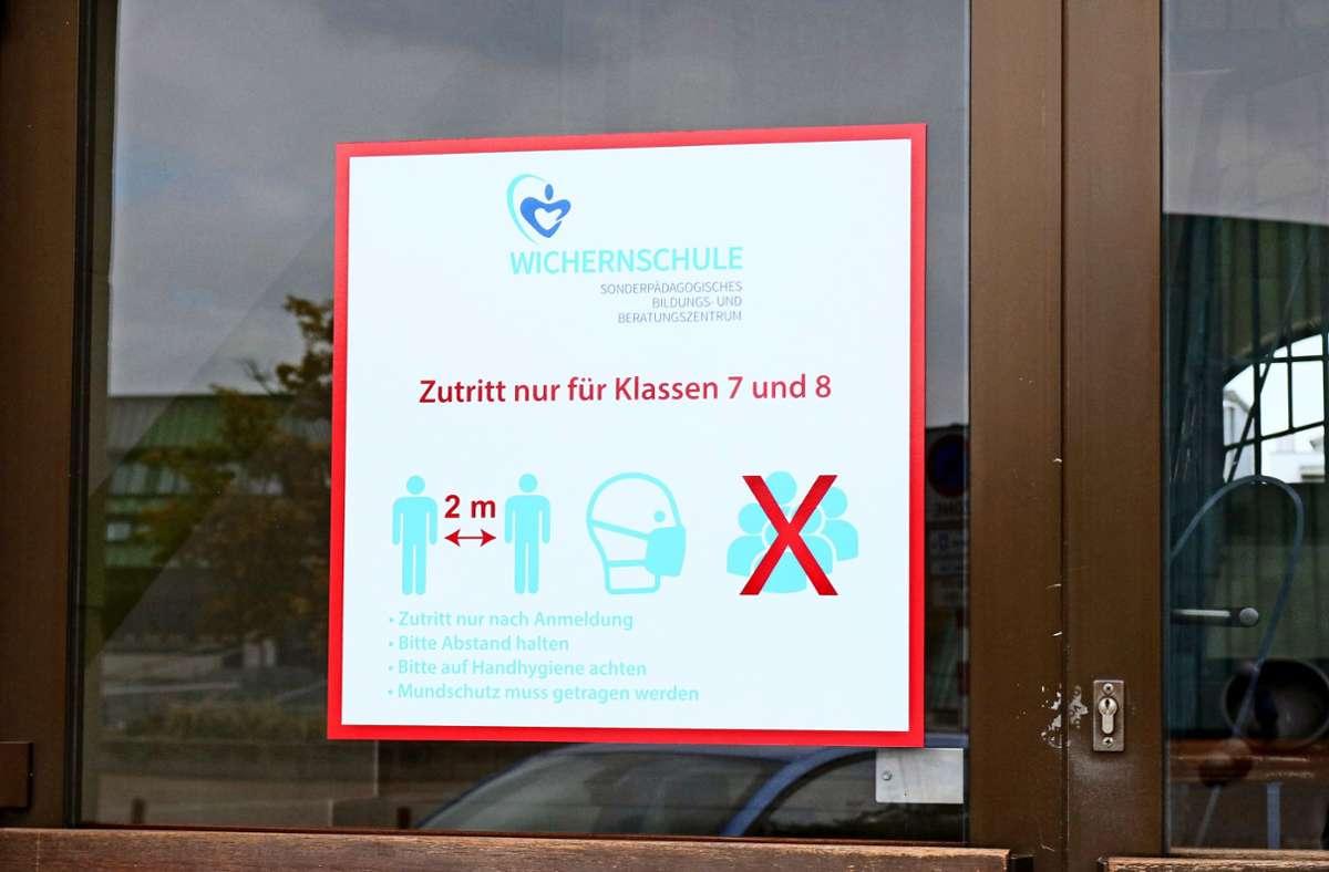 Nicht nur im Gebäude der Wichernschule gelten strenge Corona-Regeln. Dennoch sind hunderte Fellbacher Schüler, teilweise ganze Klassen, in Quarantäne. Foto: Eva Herschmann