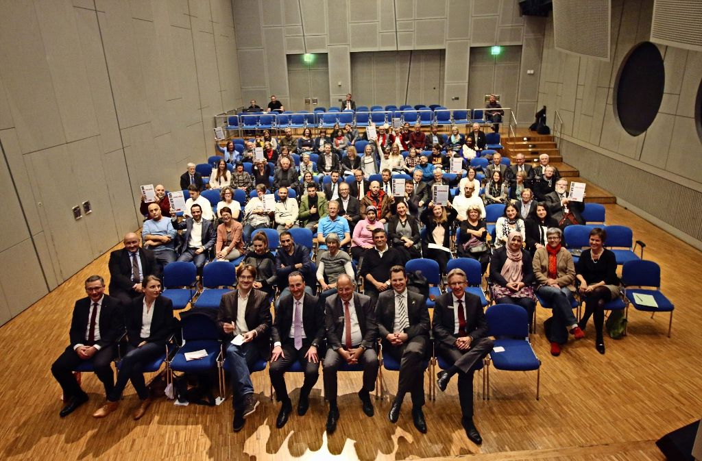 Ein ganzer Saal mit Preisträgern und Gratulanten. Zwölf Initiativen und Einzelpersonen bekommen den Ehrenamtspreis. Foto: Malte Klein