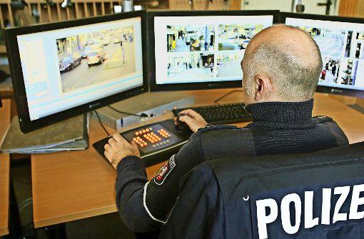 """Künftig geht es ohne Polizist: Bei der  """"intelligenten Videoüberwachung"""" erkennt die  Kamera von allein gefährliche Situationen. Foto: dpa (4), KIT"""
