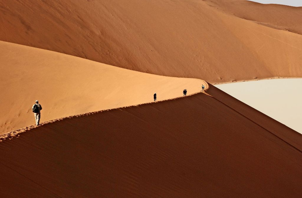 Jenseits von  Sossuvlei erstrecken sich einige der höchsten Dünen der Welt. Der Quarzsand knistert unter den Schuhen, von oben blickt man auf salzbedeckte, ausgetrocknete Becken . Foto: Daniel Gräfe
