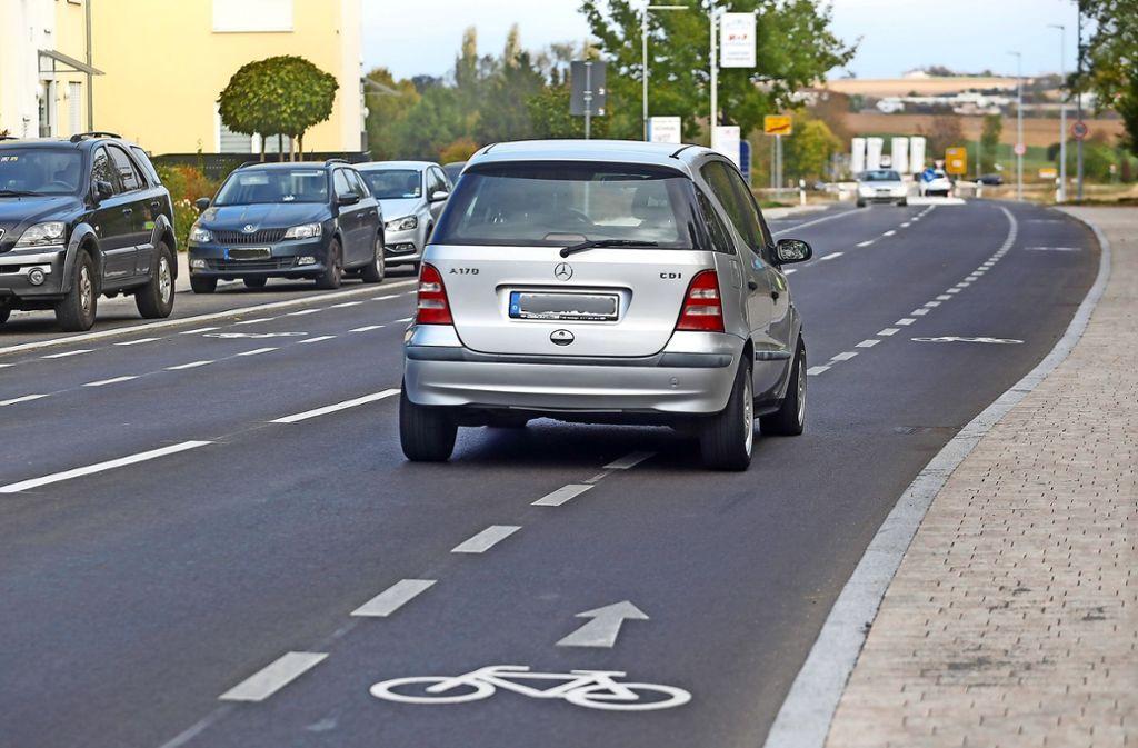 Der Radfahrstreifen an der erneuerten  Ditzinger Straße zwischen den  Kreisverkehren kommt bei Radfahrern nicht gut an. Foto: factum/Granville