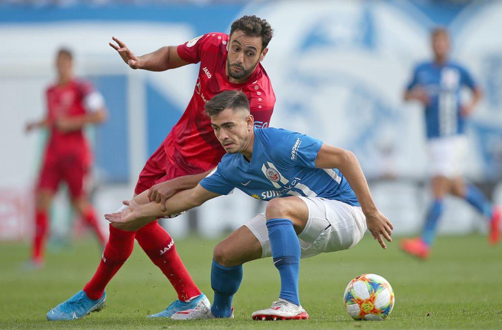 Der FC Hansa Rostock machte dem VfB Stuttgart das Leben schwer – der durch den Treffer von Hamadi Al Ghaddioui (li.) dennoch gewann. Foto: Baumann