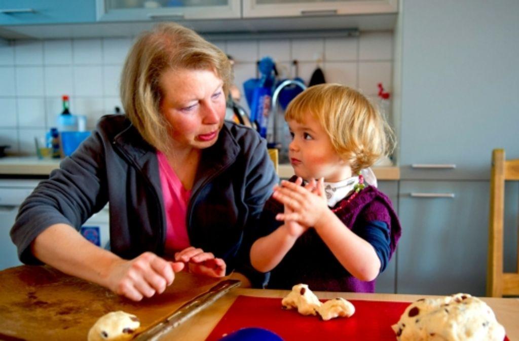 Tagesmütter betreuen die Kinder überwiegend im eigenen Haushalt. In den meisten Fällen gibt es keine Probleme – und die Kinder fühlen sich in ihrem zweiten Zuhause wohl. Foto: dpa