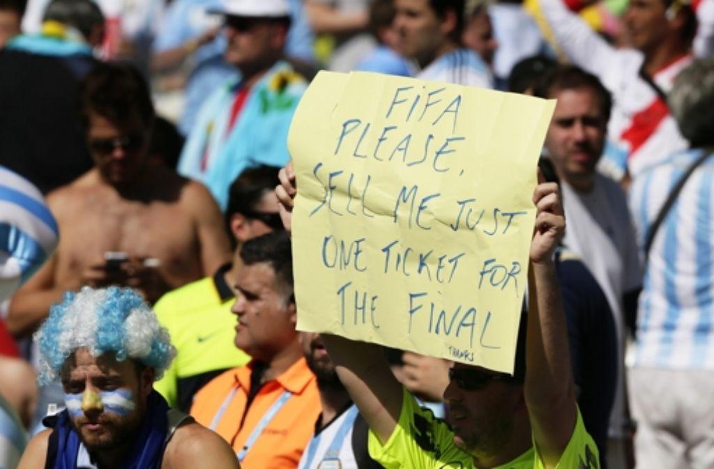 Die FIFA nennt erstmals die Zahl an konfiszierten Tickets im Skandal um den illegalen Weiterverkauf von WM-Eintrittskarten. Foto: EPA
