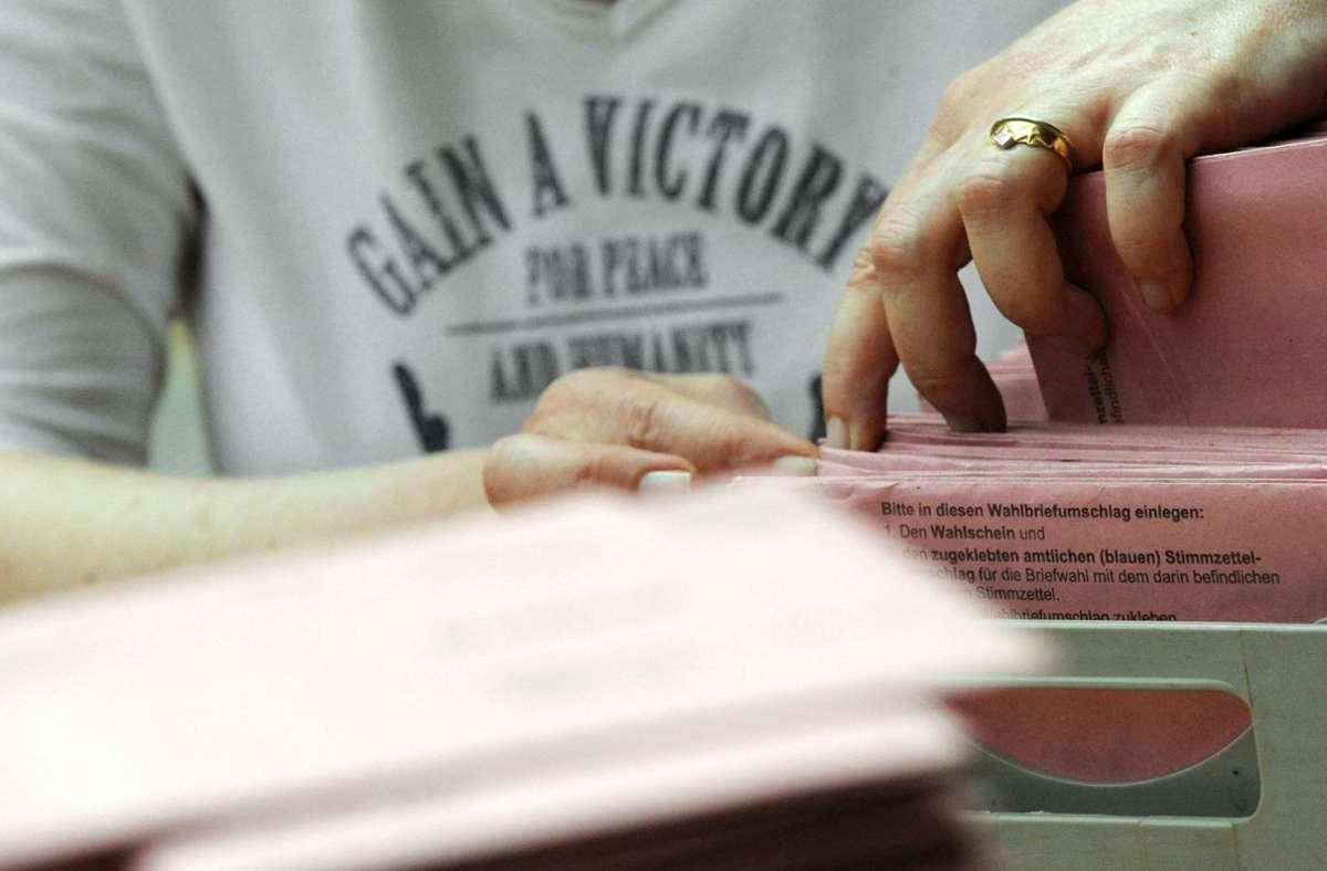In den Wahllokalen der Bezirke wird diesmal auch die Briefwahl ausgezählt. Deshalb braucht man mehr Helfer. Foto: dpa/Marijan Murat