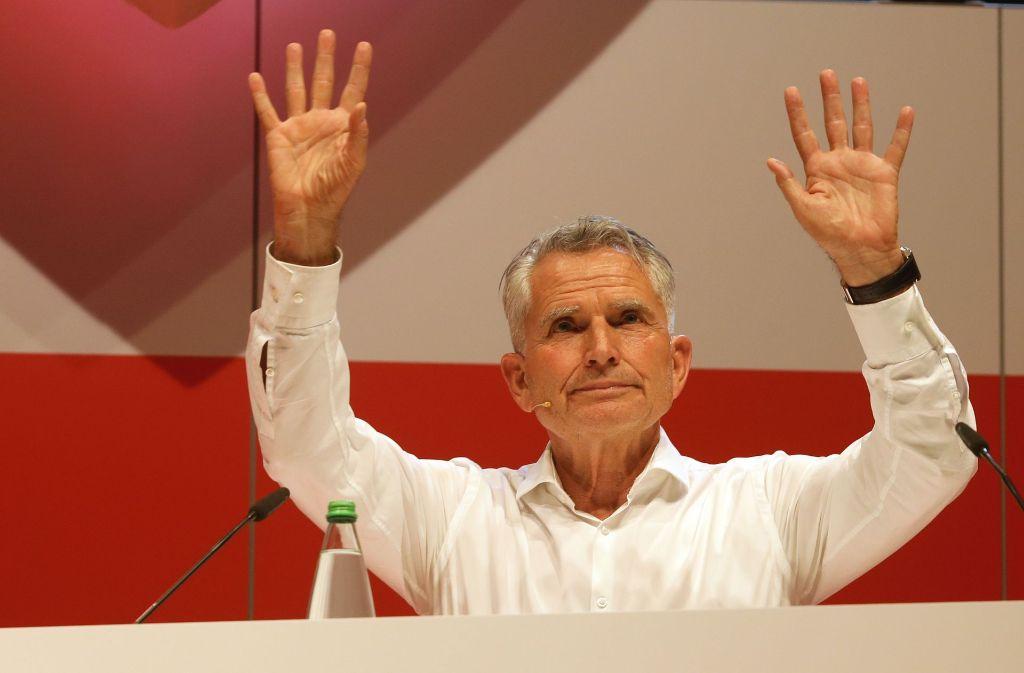 VfB-Präsident Wolfgang Dietrich dankt den Mitgliedern nach der Abstimmung. Foto: Pressefoto Baumann