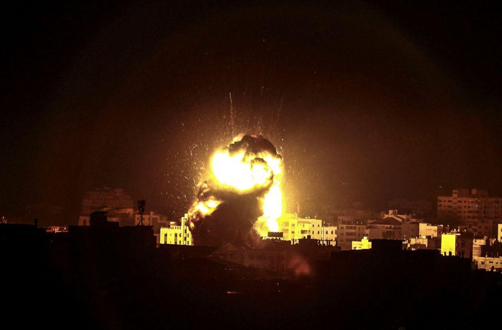 Eine Explosion ist nach einem Angriff der israelischen Luftwaffe in Gaza zu sehen. Foto: dpa
