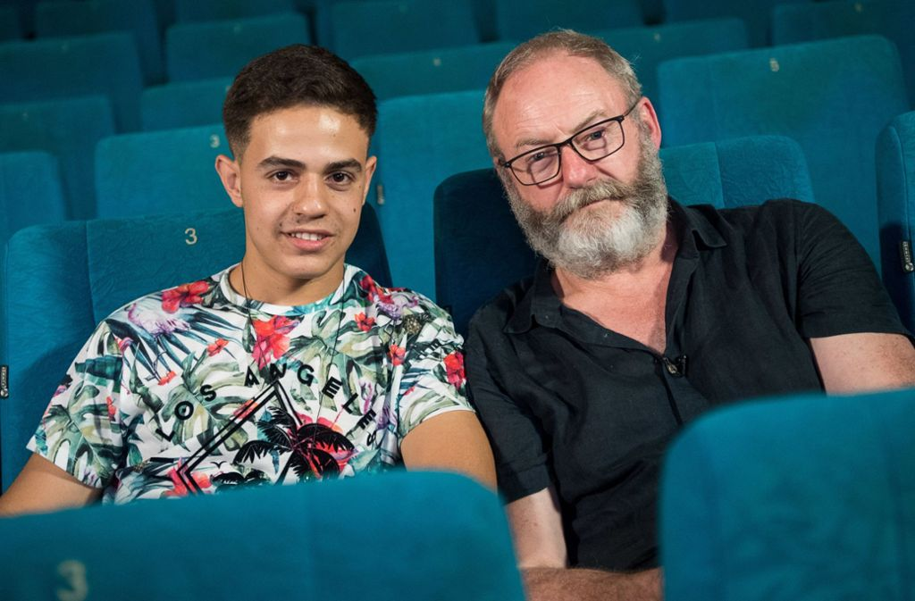 "Seltener Gast in Böblingen: ""Game of Thrones""-Ritter Liam Cunningham (r) hat Hussam Al-Heraki besucht. Foto: dpa"
