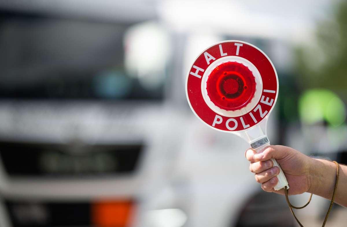 Polizisten erkannten bei einem Sattelzug erhebliche Mängel. (Symbolbild). Foto: picture alliance/dpa/Jonas Güttler
