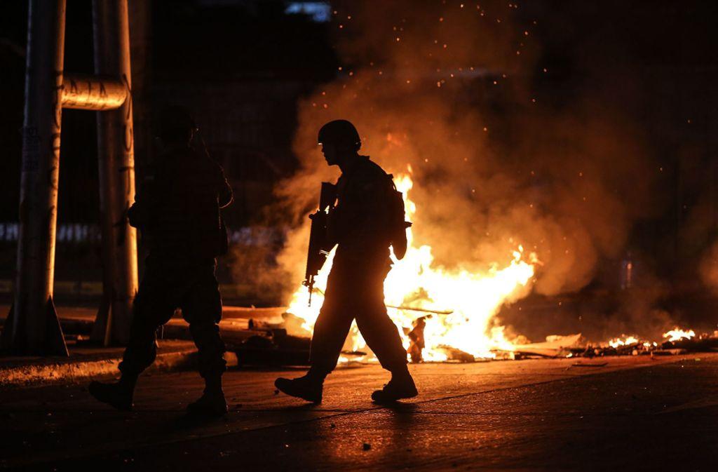 Soldaten patrouillieren auf den Straßen inConcepción: Die Protestierenden in Chile legen Feuer. Foto: AFP/PABLO HIDALGO