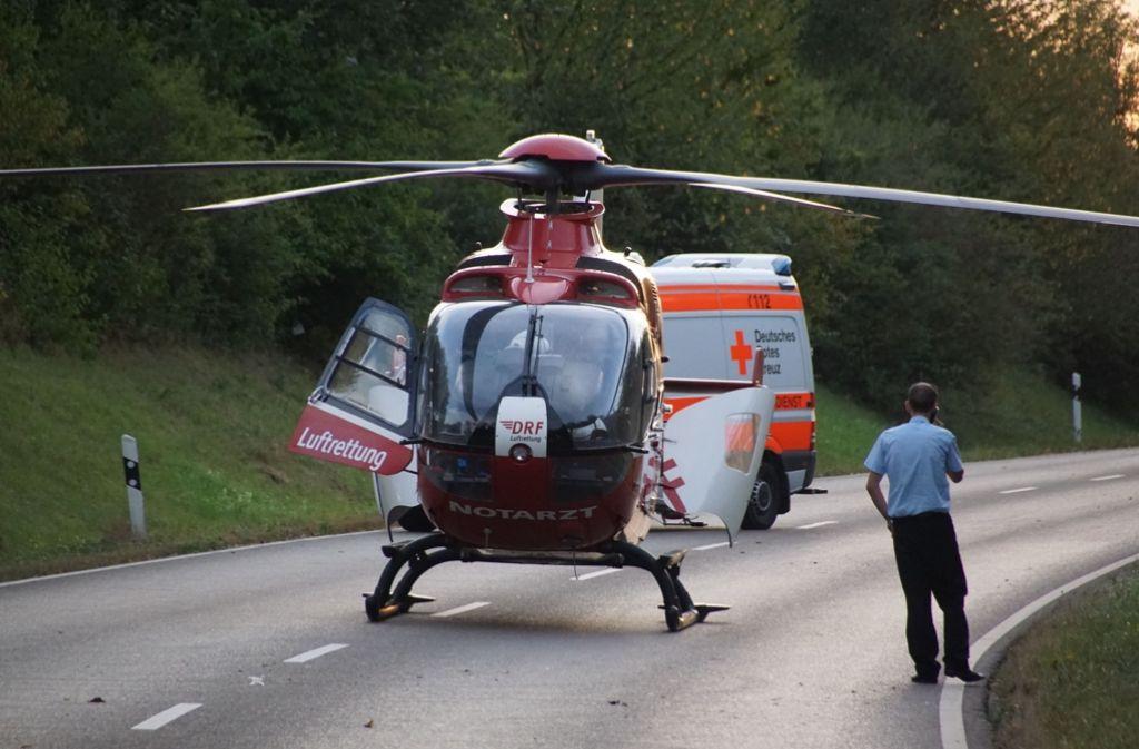 Ein Rettungshubschrauber fliegt einen der Schwerverletzten eines Unfalls in Ostfildern in die Klinik. Foto: SDMG