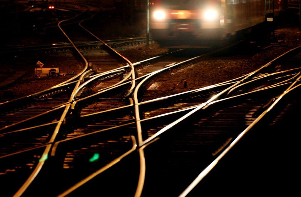 Weil der Lokführer das Hindernis zu spät sieht, kommt es zu einem Unfall (Symbolbild). Foto: dpa