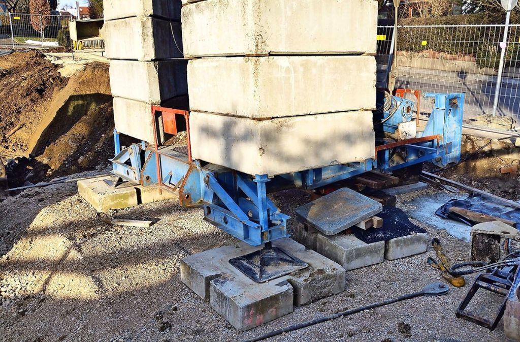 Dass der Kran in Oberaichen derzeit nur auf drei Füßen steht, ist laut Baurechtsamt statisch in Ordnung. Foto: privat
