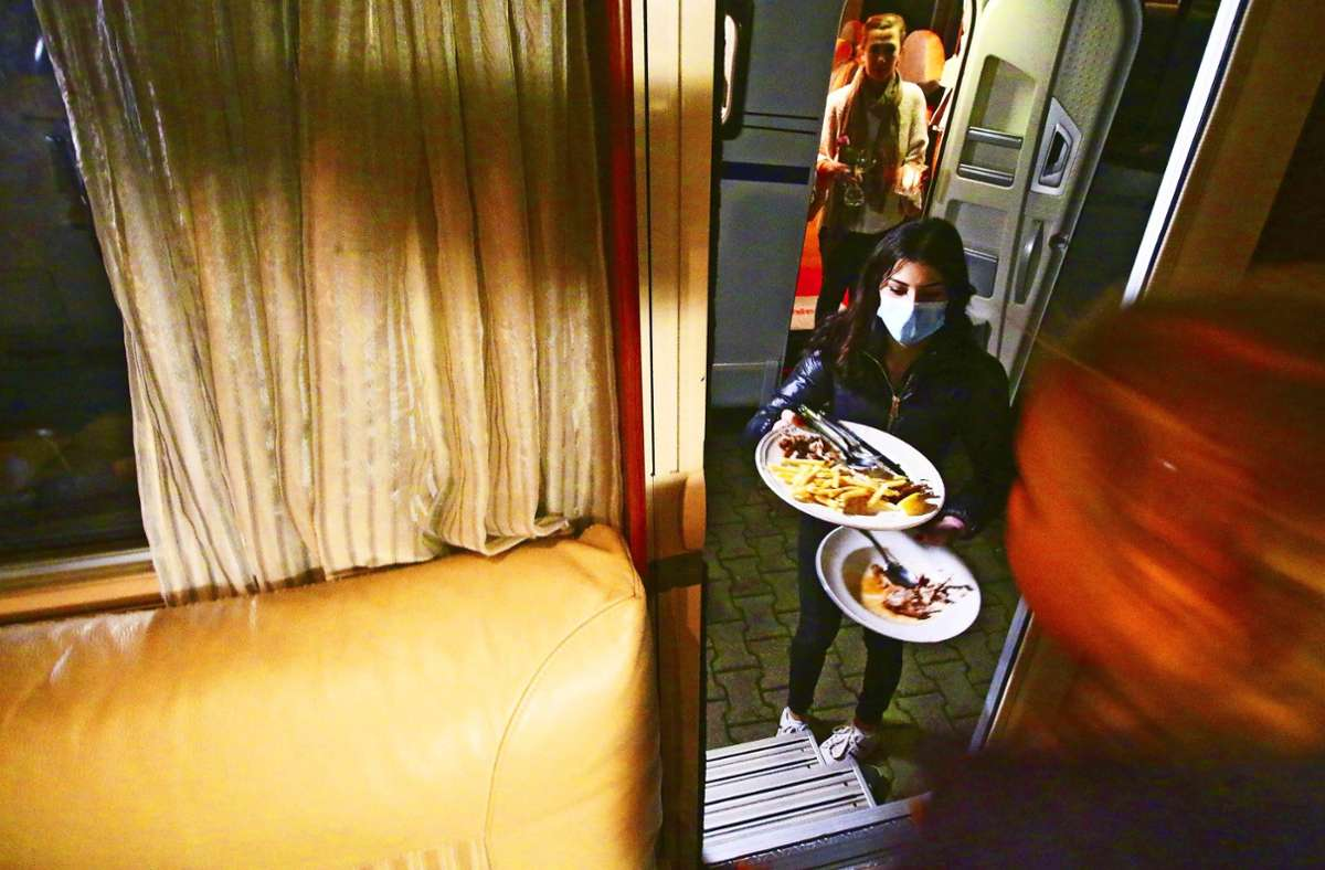 Die Servicekraft Viviane Carlucci holt an der Wohnmobil-Tür den Abwasch ab. Foto: Bodenseehotel Sternen