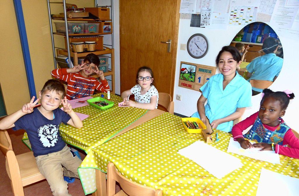 Satya Pérez und die Friolzheimer Kindergartenkinder fühlen sich sichtlich wohl miteinander. Foto: Holger Schmidt
