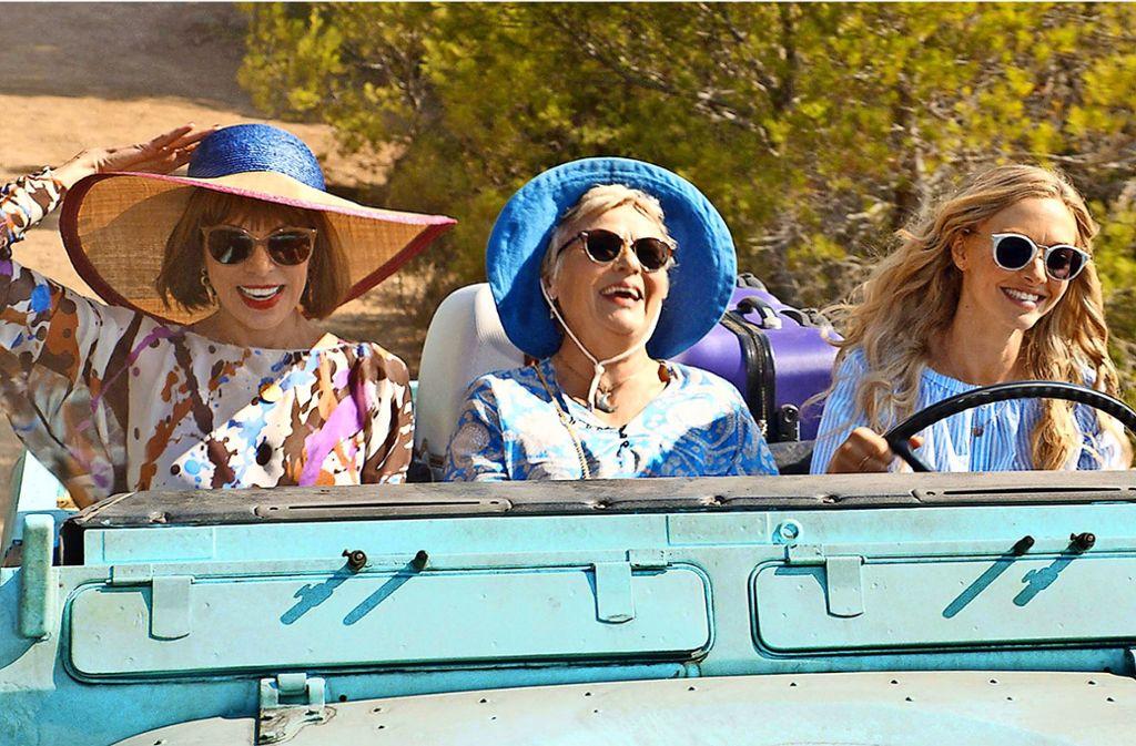 Ab in die Zukunft: Tanya (Christine Baranski), Rosie (Julia Walters) und Sophie (Amanda Seyfried) erfüllen den Lebenstraum einer Verstorbenen. Foto: Universal Pictures