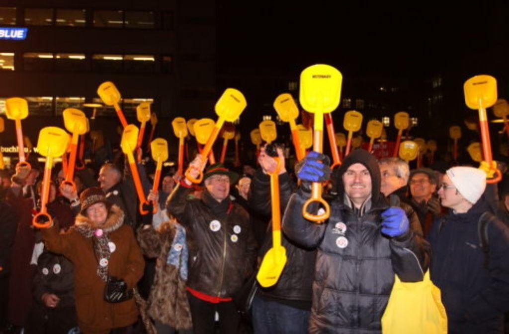 Mit Weiterbauen-Schaufeln bekräftigten die Befürworter von Stuttgart 21 am Donnerstagabend auf dem Kleinen Schlossplatz ihre Unterstützung für das Bahnprojekt. Foto: Vogt