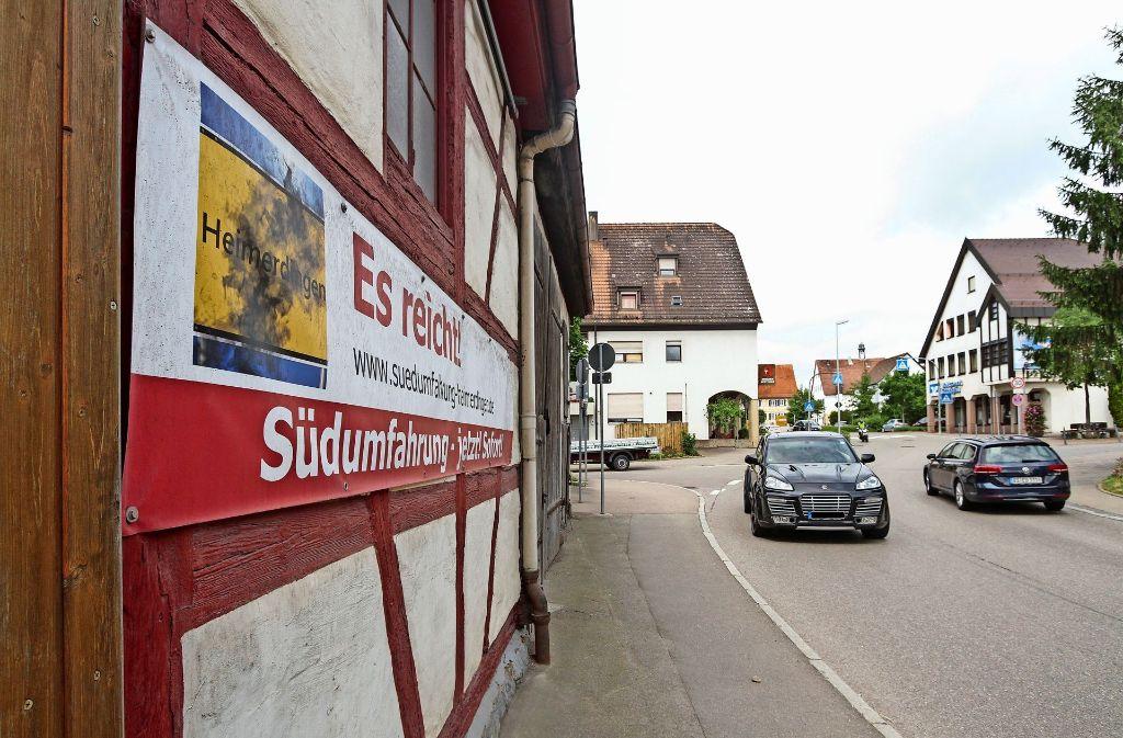 In der Heimerdinger Ortsmitte machen die Bürger mit Plakaten auf  ihr Anliegen aufmerksam. Foto: factum/Bach