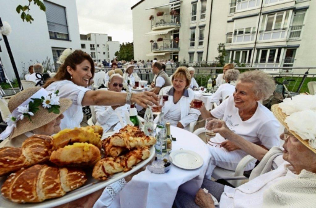 Etwa 100 Bewohner des Samariterstifts lassen sich im Hof bei Wein und Musik verwöhnen. Auch für die Mitarbeiter und Gäste ist es ein tolles Fest. Foto: