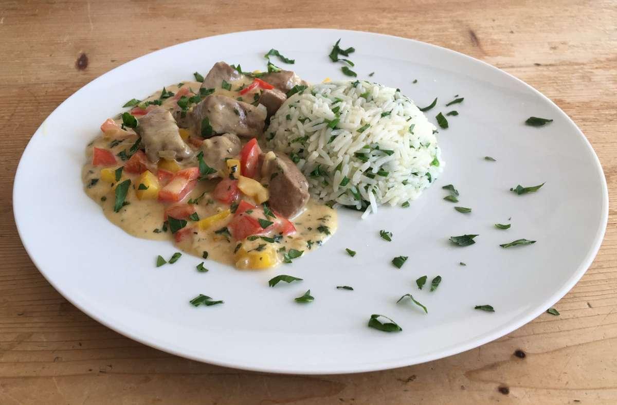 Ein farbenfrohes Gericht: Die Kalbsleber mit den Paprikawürfeln in der Sahnesoße und dem Kräuterreis. Foto: /Weier