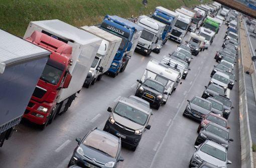 Verkehr staut sich mehrere Kilometer