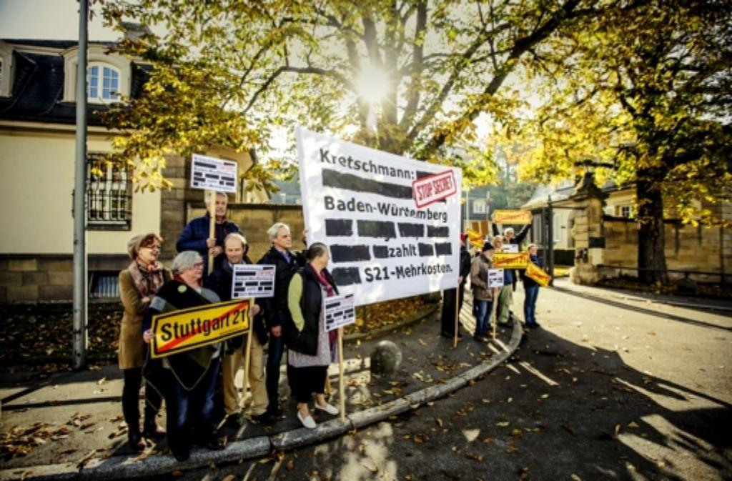 Die Protestierer vor der Villa Reitzenstein wollen Auskunft über den Stand der Gespräche mit der Bahn. Foto: Lichtgut/Leif Piechowski