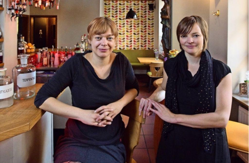 """Renate Kuhn (links) und Frauke Härtel führen seit letzten Oktober das """"Imme vierzehn"""" im  Lehenviertel. Foto: Michael Steinert"""