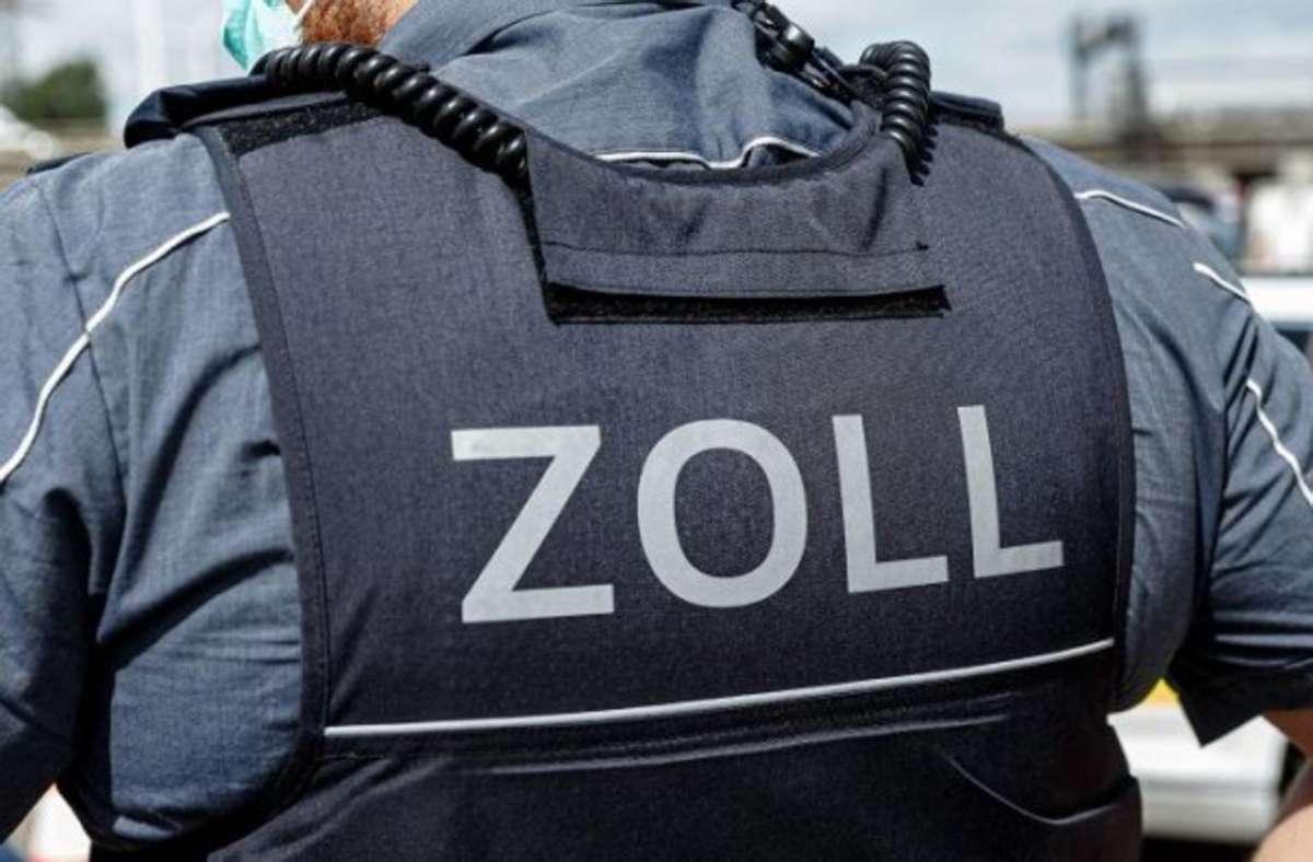 Im Auto saßen den Angaben nach ein Mann, drei Frauen und ein Kind, die auf der Fahrt von Bulgarien nach Frankreich waren. (Symbolbild) Foto: dpa