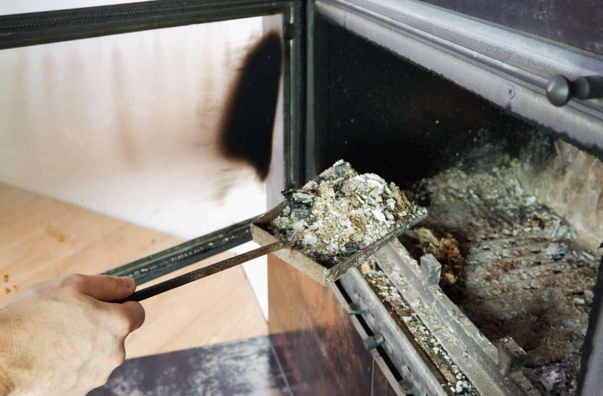 In diesem Artikel zeigen wir Ihnen, worauf Sie achten müssen, wenn Sie Asche entsorgen. Diese Möglichkeiten gibt es. Foto: Fire-n / Shutterstock.com