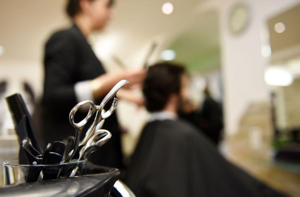 Die Einschnitte durch die Corona-Krise treffen die Friseure hart. Foto: dpa/Angelika Warmuth